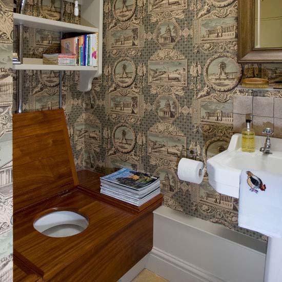 Для тех, кто любит читать в туалетной комнате, уместно будет расположить книжную полку.