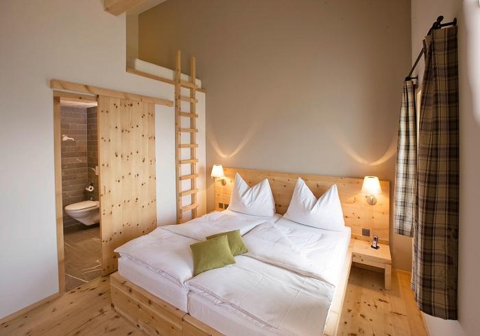Натуральная древесина в помещении создает уютную и теплую атмосферу, которая способствует хорошему отдыху.
