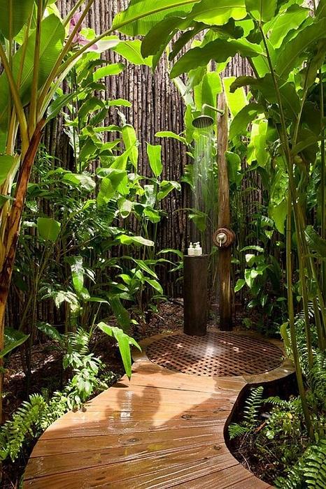 Летний душ на дачном участке можно соорудить даже при наличии в доме полноценной ванной комнаты.