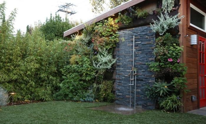 Летний душ на дачном участке в экостиле просто обязан быть особенным и современным.
