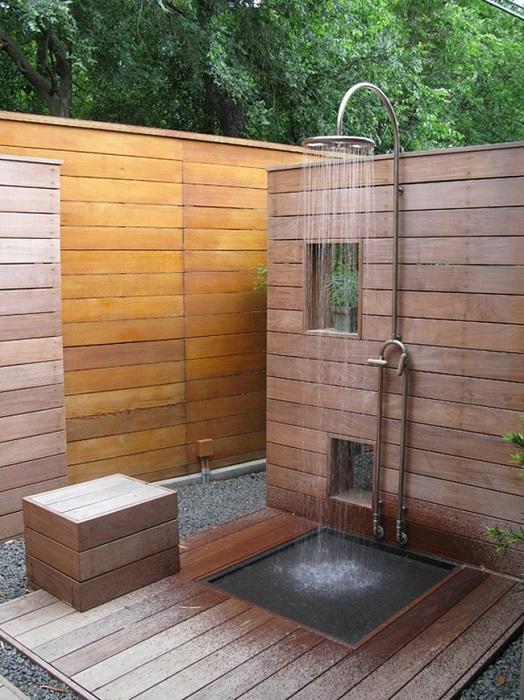 Деревянные бруски и доски – это отличный и доступный материал для постройки летнего душа.
