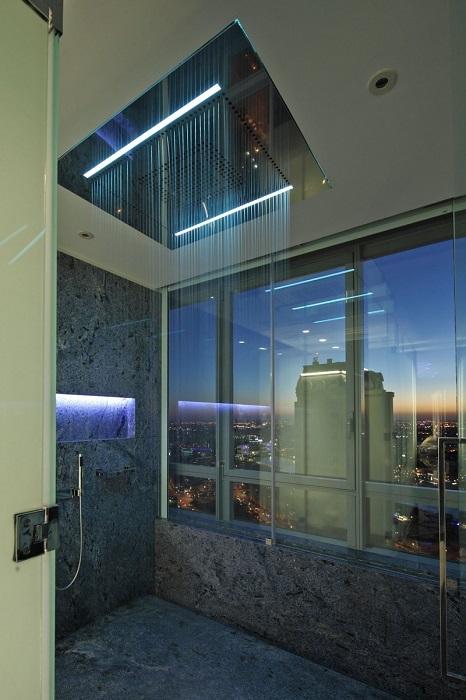 Для современной ванной комнаты актуально ставить прозрачную кабину с хромированными покрытиями и каменными поверхностями.