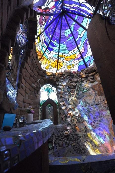 Витражный потолок, который способен создать сказочную атмосферу и используется в качестве декоративного украшения в ванной комнате.