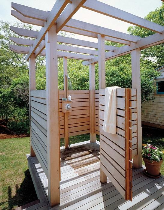 Летний душ из натуральной древесины - не только практичная постройка, но и красивый элемент ландшафтного дизайна.