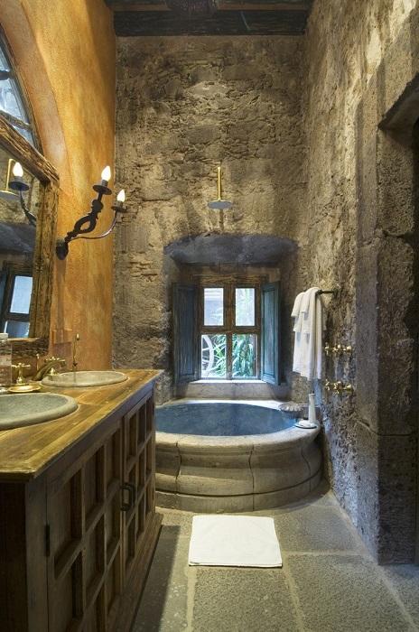 Натуральный камень в ванной комнате создаёт магическую атмосферу старины.