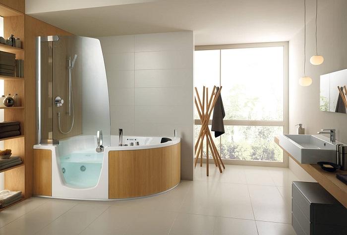 Оригинальная идея сочетания белого цвета пластика с мягкими оттенками дерева в ванной комнате.