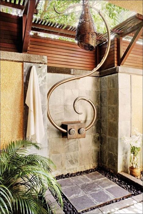 Летний душ своими руками, который монтировался на бетонный фундамент и декорировался натуральным камнем.