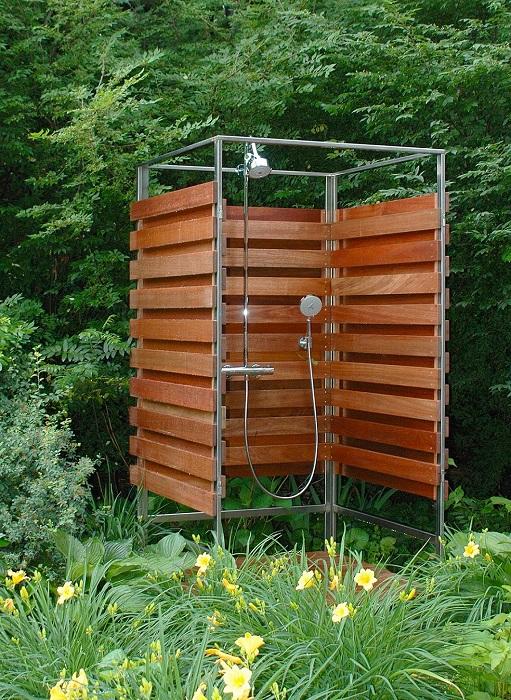 Построить летний душ на дачном участке можно из деревянных реек и металлического каркаса.