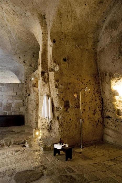 Грубая поверхность необработанного камня подчеркнёт и дополнит интерьер любого помещения.