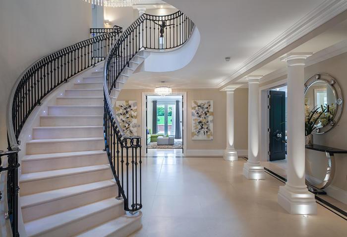 Стильная каменная лестница в интерьере загородного дома.