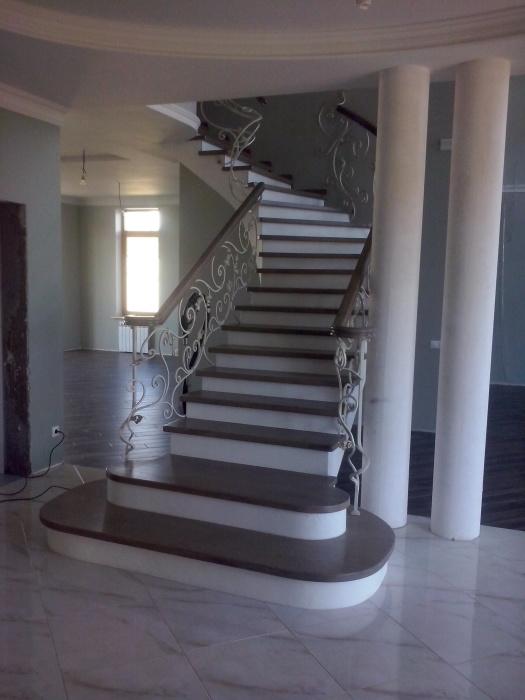 Классические каменные лестницы – необходимый элемент многих частных домов.