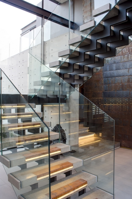 Лестница в стиле хай-тек, которая задаёт настроение и подчеркивает интерьер частного дома.