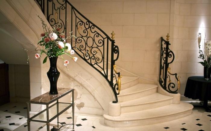 Каменная лестница для настоящих аристократов, которая сразу привлечёт к себе внимание гостей.