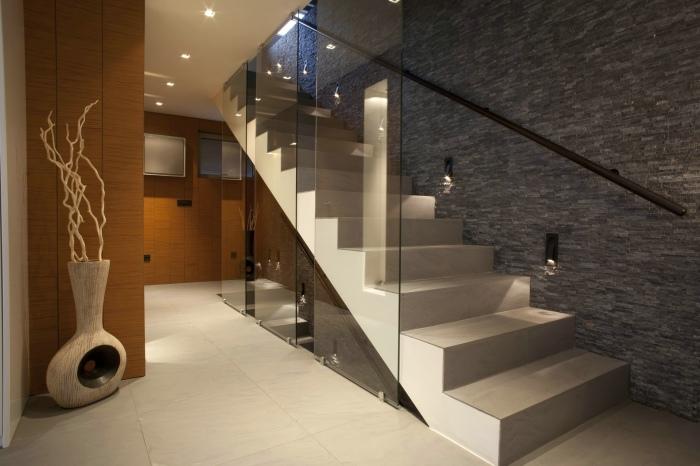 Современная бетонная лестница, которая смотрится красиво и изысканно.
