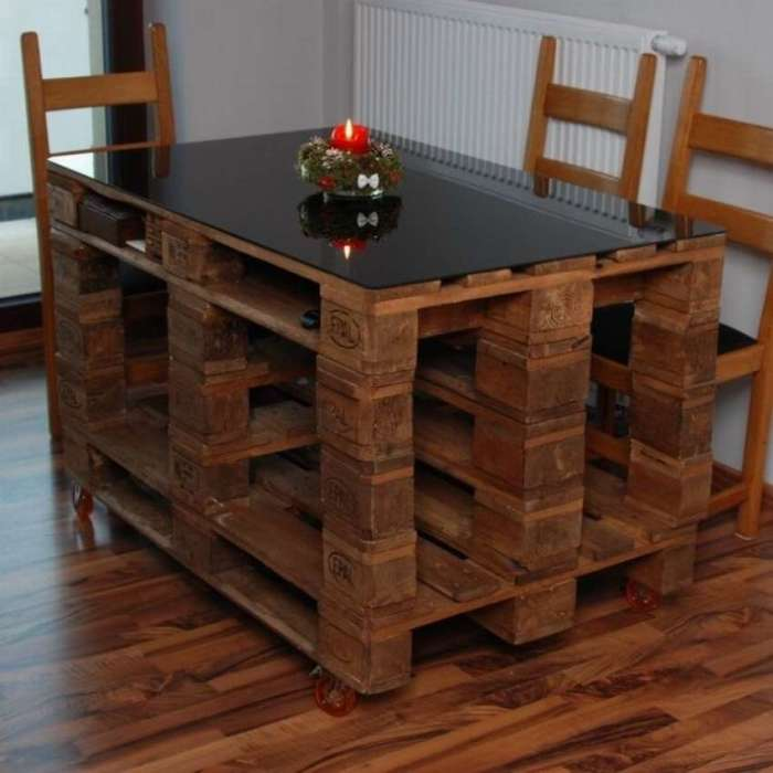 Из нескольких деревянных поддонов можно смастерить обеденный стол, который прекрасно впишется в интерьер.
