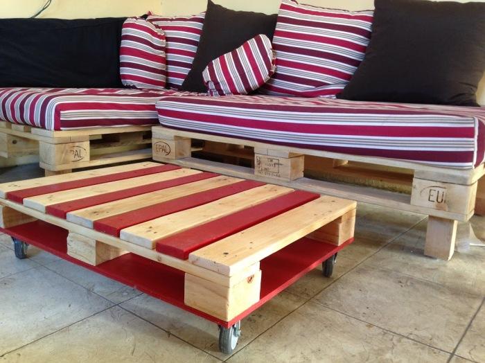 Для создания журнального столика и диванчика понадобится всего несколько поддонов и мягкие подушки.