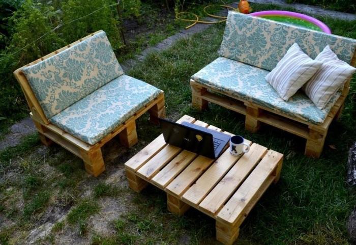 В качестве основы для мебели можно использовать деревянные поддоны.