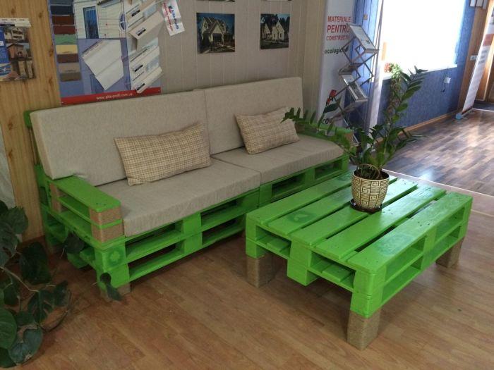 Мебель из паллет можно создать не только своими руками, но и приобрести в различных фирмах, которые занимаются их продажей.