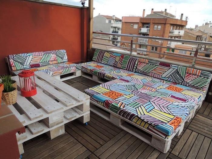 Помимо классической мебели из деревянных поддонов можно создать нескучный дизайнерский гарнитур.
