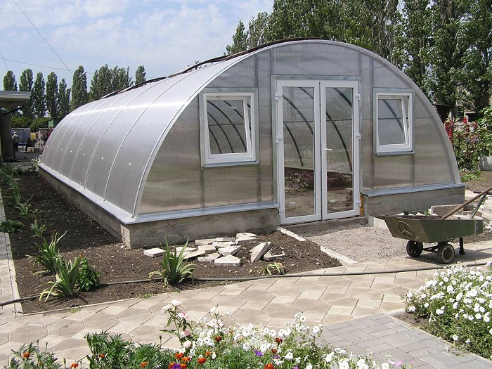 Оригинальная теплица, в которой использована автоматическая система подземной циркуляции воздуха и установлена система для обогрева.