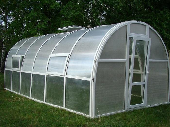 Сотовый поликарбонат в данное время является самым общераспространённым и признанным материалом для покрытия теплиц и парников.