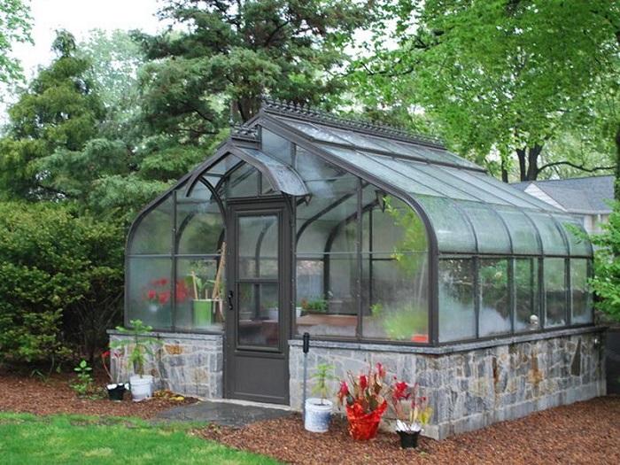 Стеклянная теплица - незаменимый атрибут на многих современных загородных участках.