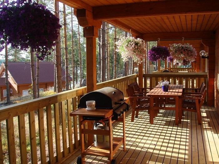 Красивый и современный дизайн веранды, пристроенной к загородному дому.
