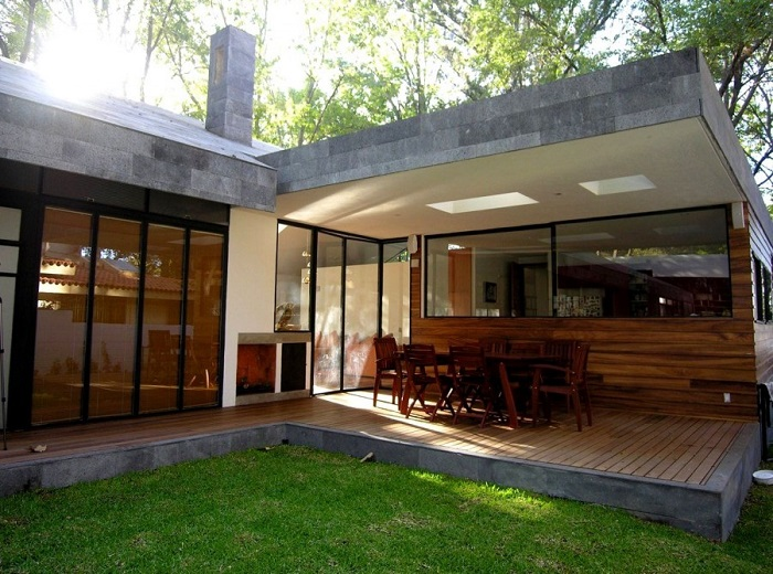 Даже небольшая веранда увеличивает полезную площадь и общую планировку загородного дома.