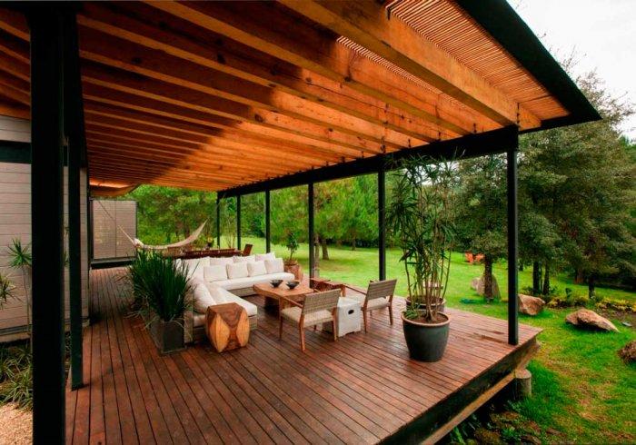 При обустройстве террасы важно, чтобы все элементы соответствовали общему дизайну загородного участка.