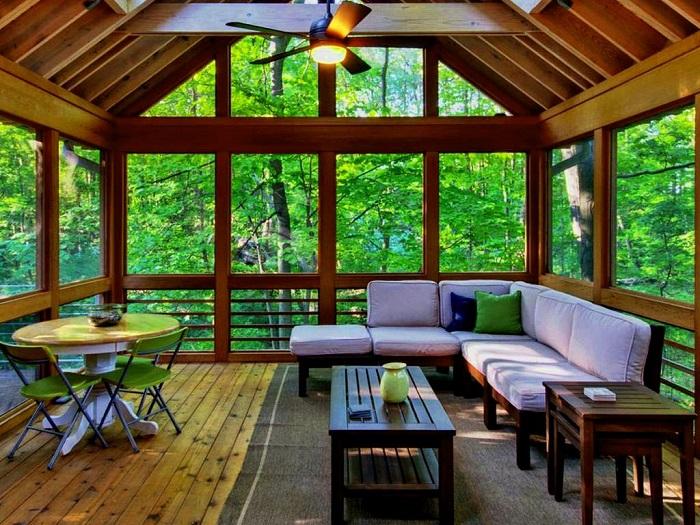 Для создания уютной веранды можно использовать природные материалы, которые с успехом применяют для организации закрытых беседок.