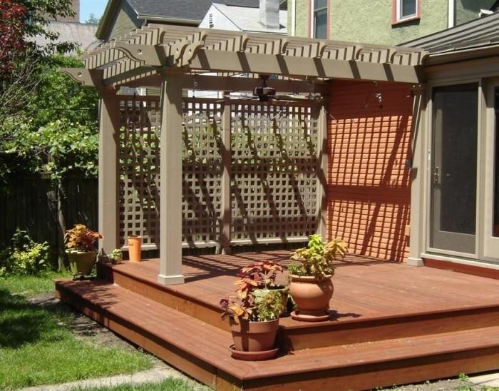 При декорировании террасы стоит использовать долговечные материалы, которые способны выдерживать смену погодных условий.