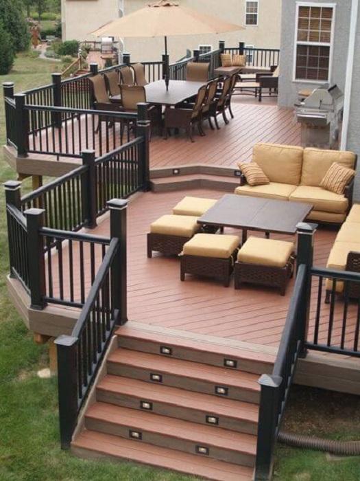Современная многоуровневая терраса с комфортабельной современной мебелью станет уютным местом для отдыха и настоящим украшением дачного участка.