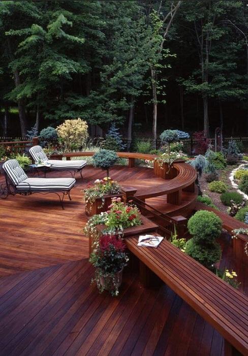 Натуральное дерево - самый популярный и экологически чистый материал, который идеально подойдёт для постройки террасы.
