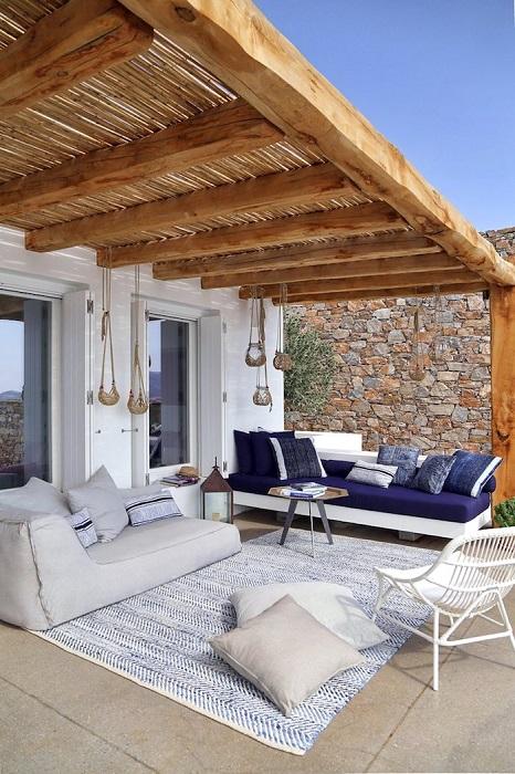 Открытая пристроенная терраса, которая легко может заменить гостиную комнату.