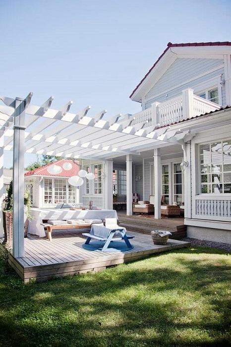 Терраса, пристроенная к дому, позволяет не просто увеличить жилую площадь, но и кардинально преобразовать облик всего дачного участка.