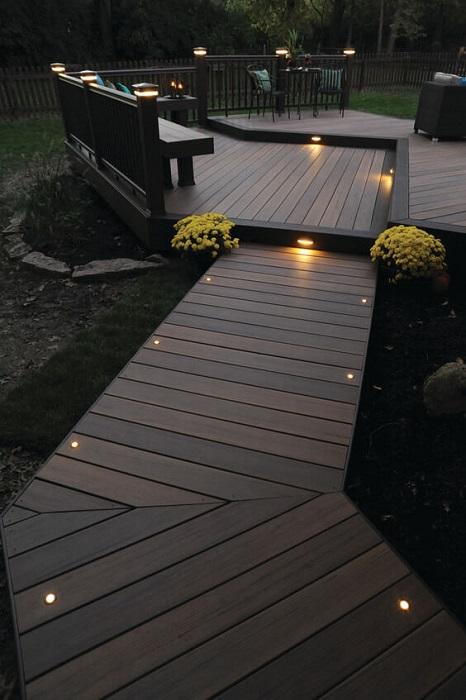 Для покрытия террасы удобным и недорогим материалом можно воспользоваться специализированной доской из древесно-полимерного композита.