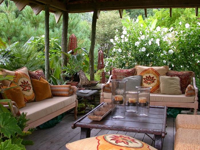 Очаровательное место для отдыха, оборудованное на небольшой площадке, в окружении цветов и растений.