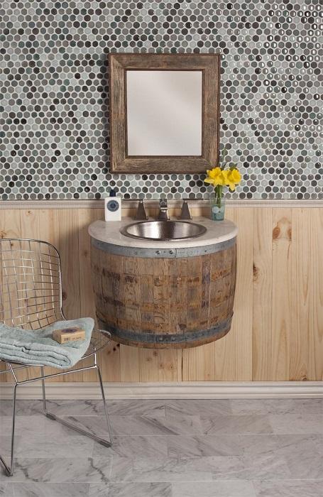 Старую винную бочку можно превратить в современную раковину, которая идеально впишется в ванную комнату в стиле кантри.