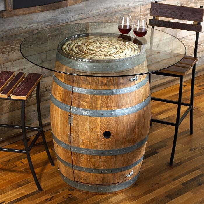 Из винной бочки, накрытой стеклянной столешницей, получится очаровательный журнальный столик, который прекрасно впишется в интерьер в стиле кантри.