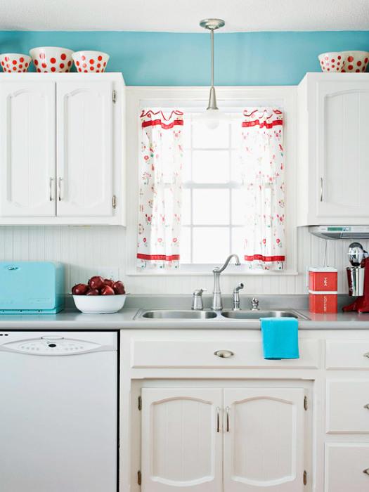 Освежите кухню с помощью белого цвета, а яркие акценты в виде текстиля и посуды помогут «раскрасить» интерьер.