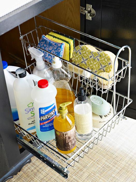 Практичный органайзер для хранения чистящих средств и губок станет хорошим помощником в поддержании порядка.