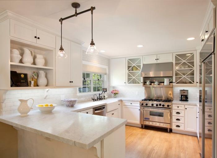 Для тех, кто хочет визуально увеличить пространство кухни, следует остановить свой выбор на светлых тонах.