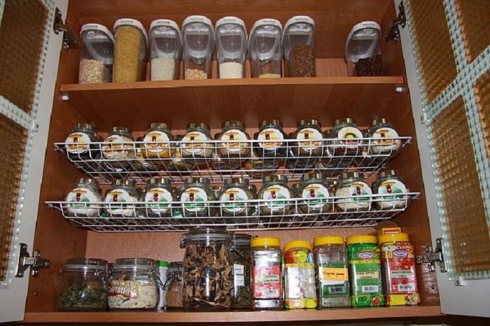 Избавиться от беспорядка в кухонных шкафах помогут разнообразные емкости для хранения сыпучих продуктов.