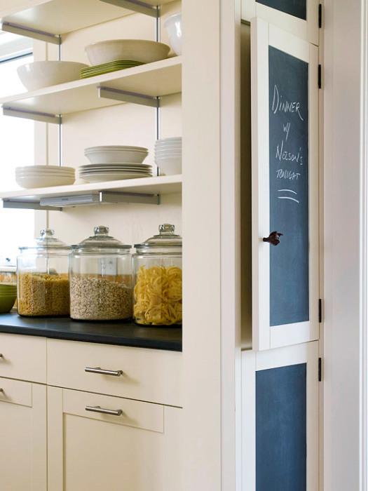 С помощью специального красителя можно превратить старые дверцы шкафчика в практичную меловую доску.