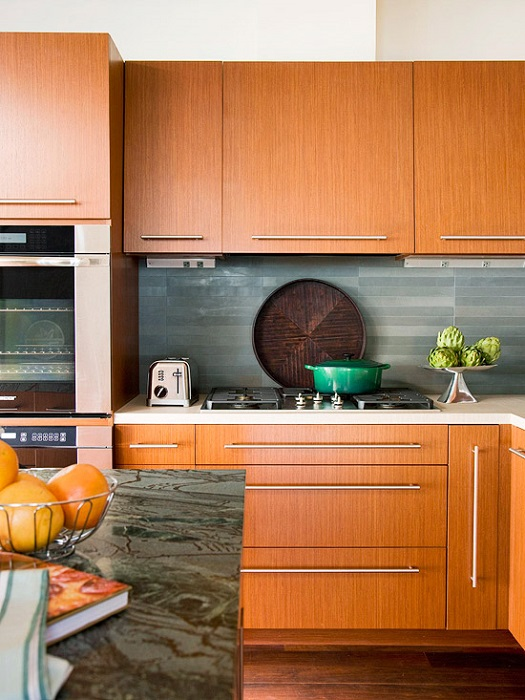 Новые ручки и доводчики помогут обновить кухонный интерьер без замены самой мебели.