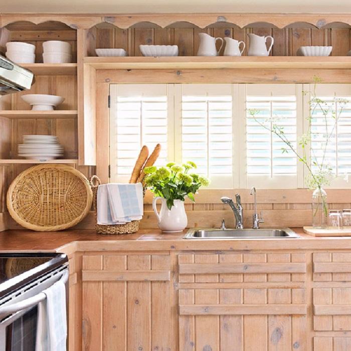 Объемные планки, добавленные к плоской кухонной мебели, отвлекут внимание от мелких повреждений.