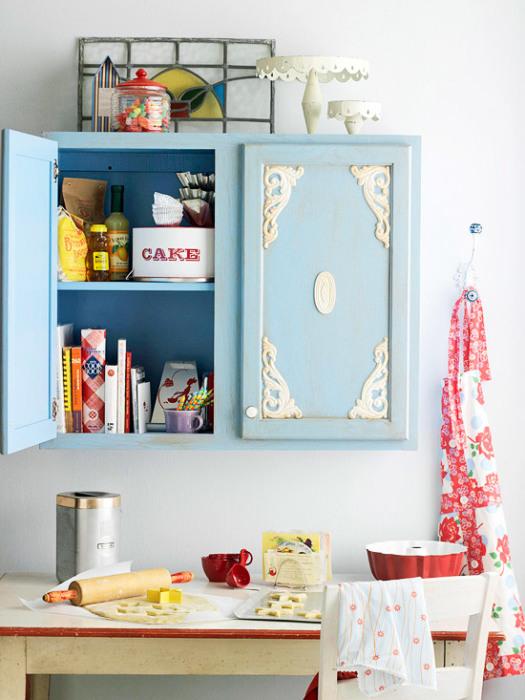 Небольшие украшения, приклеенные к дверцам ящиков, добавят старой мебели изысканности.