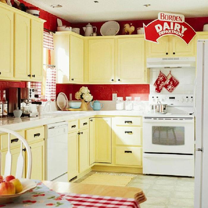 Матовая краска успешно скроет дефекты древесины и добавит комнате яркости и цвета.