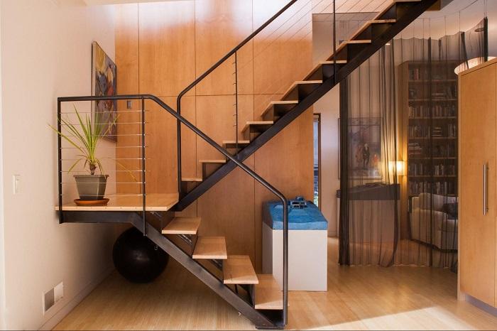 Лестница из дерева и металла, в дизайне которой совершенно отсутствуют ненужные элементы и излишества.