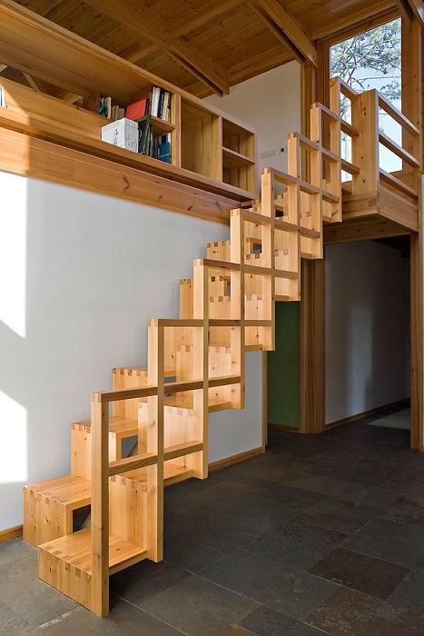 В процессе строительства загородного дома лестнице на второй этаж нужно уделить особое внимание.